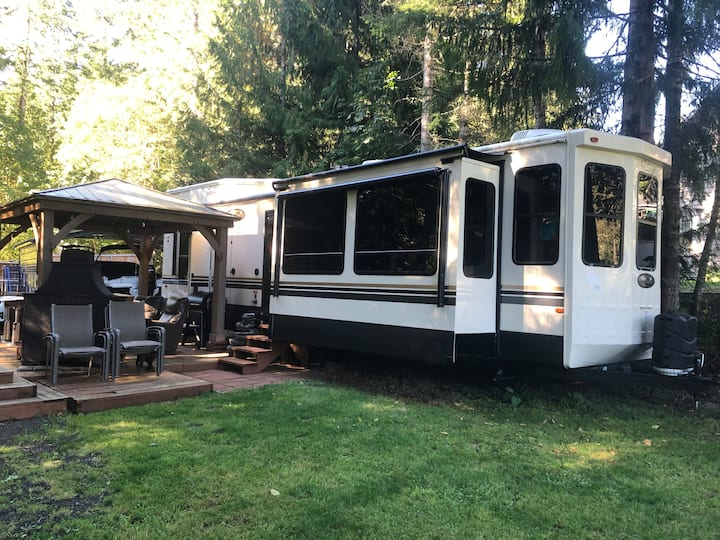 Luxury RV/hot tub/golf course/hiking/Hoodsport