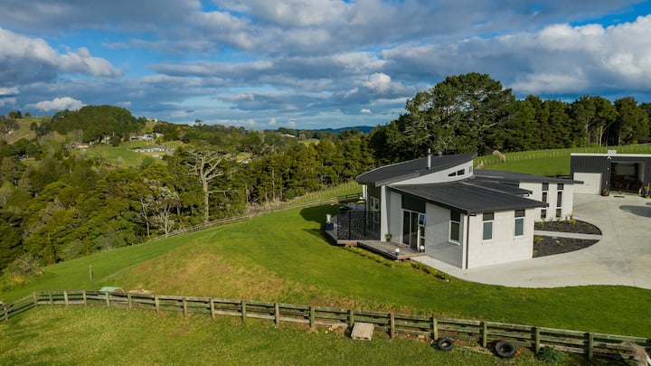 Retreat With Expansive Valley View Close To SH1