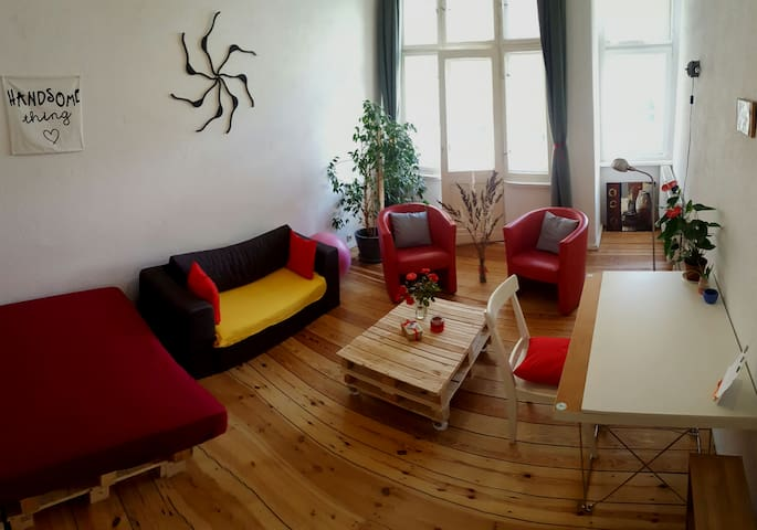 Spacious Altbau apartment with balcony near Ubahn