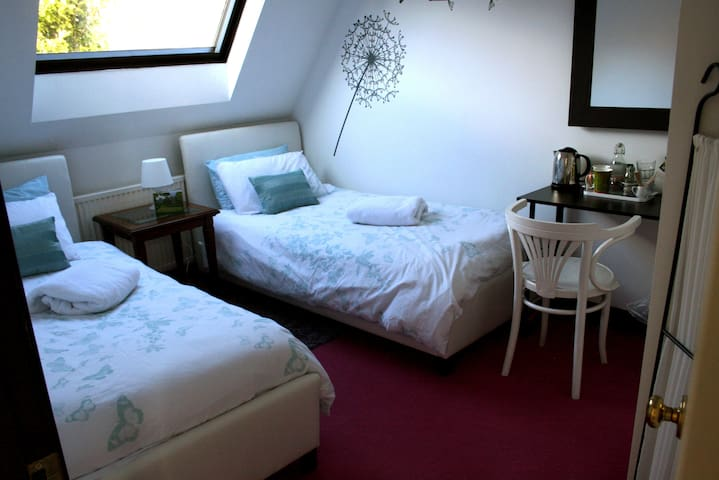 Warm Cosy Twin with Breakfast in heart of the City