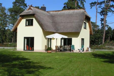 Reet-gedecktes Ferienhaus am Haff - Zirchow - Дом