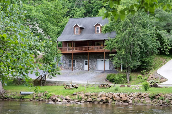 Cabin w/ river access, gas fireplace, covered deck - outdoor fire pit!