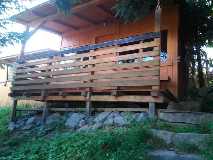 Casuta din lemn pe malul lacului Colibita