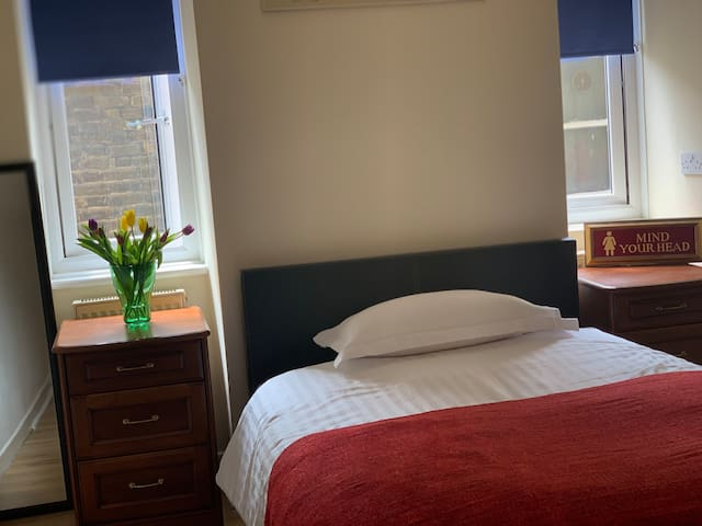 Lovely double room.  Easy access to central London