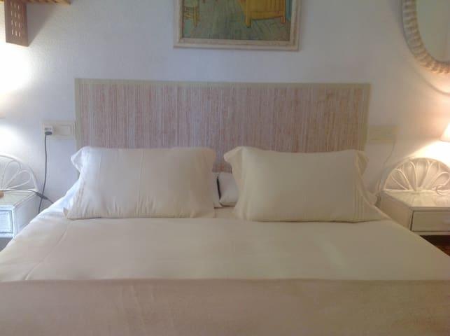 Dormitorio y baño con desayuno (private room).