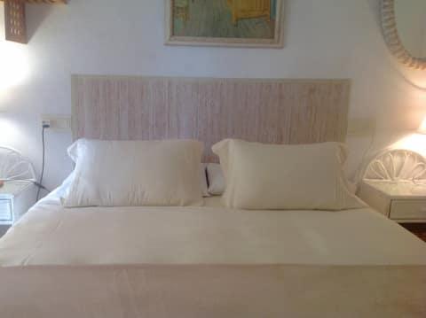 아침 식사가 제공되는 침대와 욕실 (개인실).