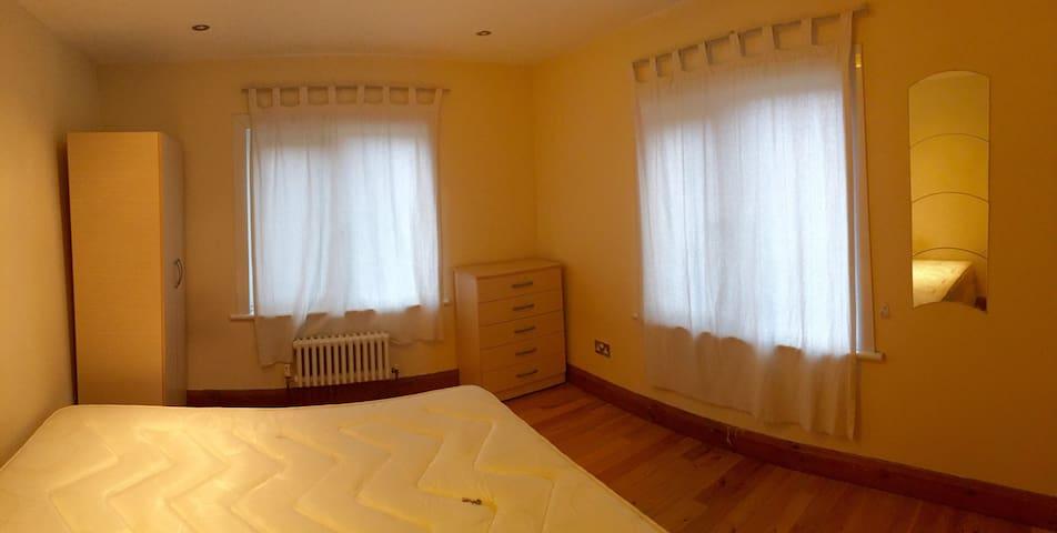 Huge Room 2 in Superb House  - Ruckholt Rd - Londres - Casa
