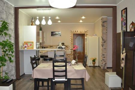 Люкс- апартамент с двумя спальнями - Nizhnee Uchdere - Betjent leilighet