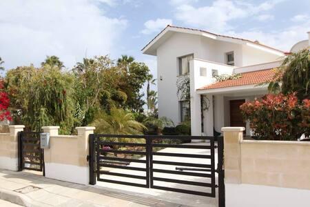 Кипр.Ларнака Шикарная вилла с бассейном Первая лин - Larnaca
