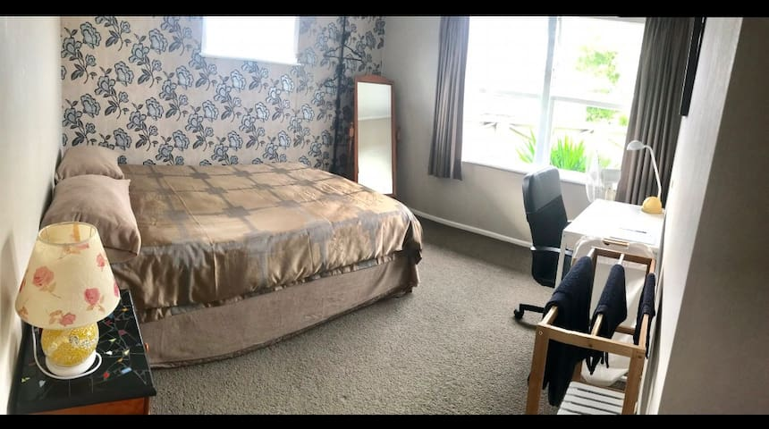 4 min to lake 3 min to hospital queen bed tidy h user zur miete in hamilton waikato. Black Bedroom Furniture Sets. Home Design Ideas