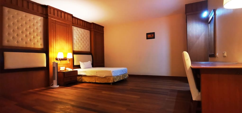 Phnom Penh City Center, Orussey binke hotel Orussey Market, 2nd floor, l 40 square meters without air conditioning, no window, single room, separate bathroom with 24-hour hot water, free WiFi 金边市中心乌亚西市场2楼,宾客酒店40平方无空调无窗经济单人间,独立卫生间24小时热水,免费WiFi