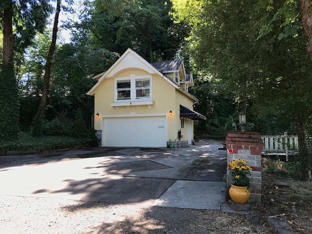 Carriage House Apt. on Willamette River