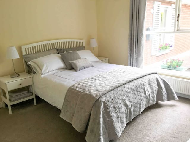 Ashbourne,short drive to Airport & DCU,great value
