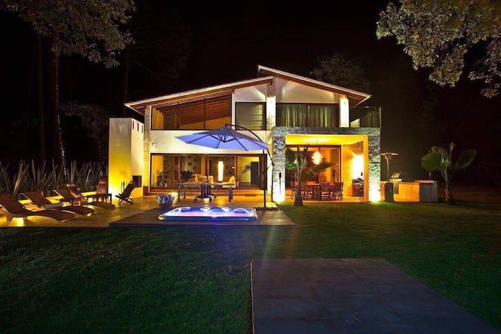 Increíble y moderna casa en Avándaro