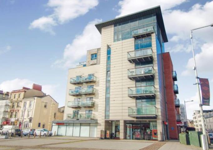 Quayside Apartment In Cardiff Bay. Sleeps 4