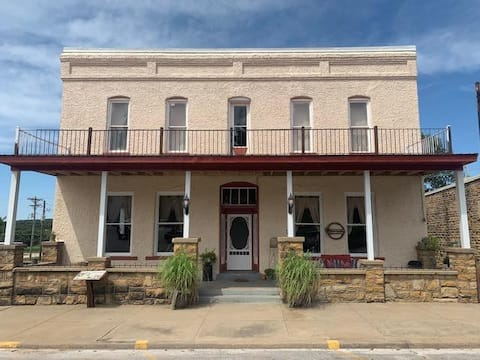 Historic Commercial Hotel(1868),Sally Rand Suite