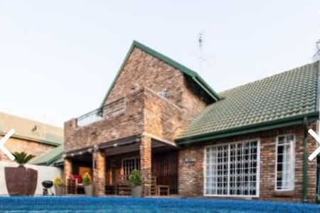 Up-market,charming double story house - Potchefstroom - Casa