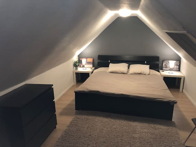Great place to stay in Brussels! Large bedroom