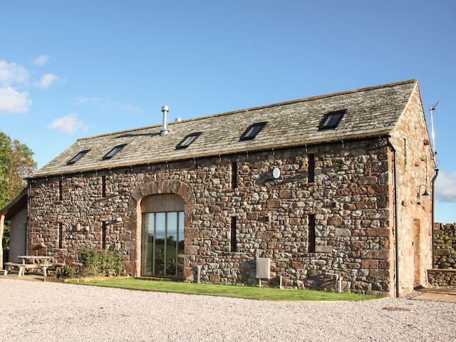 CORN RIGG COTTAGE, pet friendly, with open fire in Ousby, Ref 935096