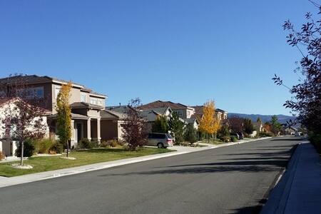 S Reno Large House, 20 miles Tahoe - Reno
