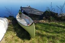 Den gröna kanoten får lånas, men delas med grannen. Det finns två barnflytvästar.