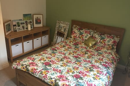 Centrally Located Private Room and Bathroom - Durham - Ház