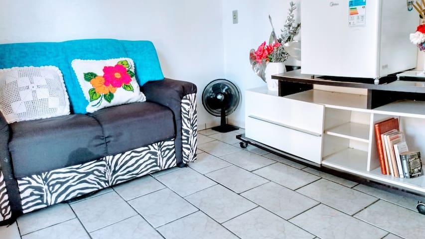 Sala de estar, frigobar, sofá .