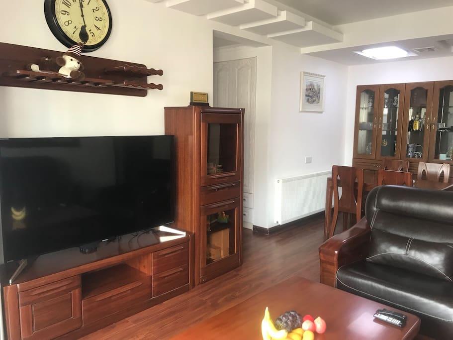客厅:40寸超大电视,看电影、世界杯⚽直播爽歪歪!真皮沙发、全实木家具,享受在家的感觉!