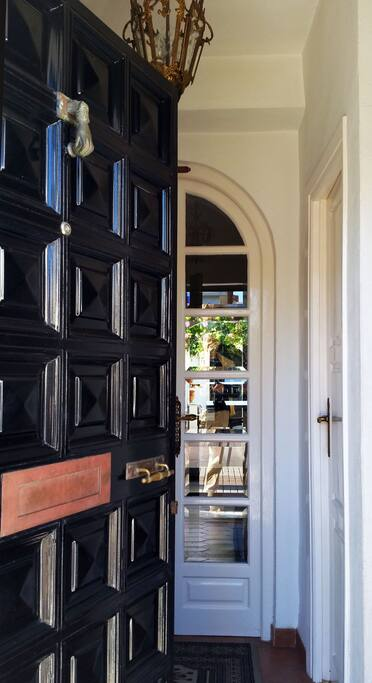 The entrance door from the Boulevard. Welcome!