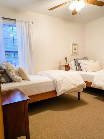 guest bedroom (two twins)