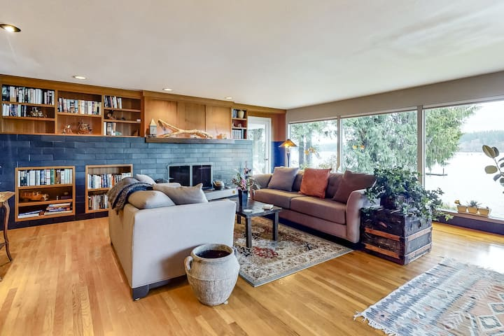 Waterfront home w/ Mt. Rainier and bay view, firepit & shore access - 1 dog OK!