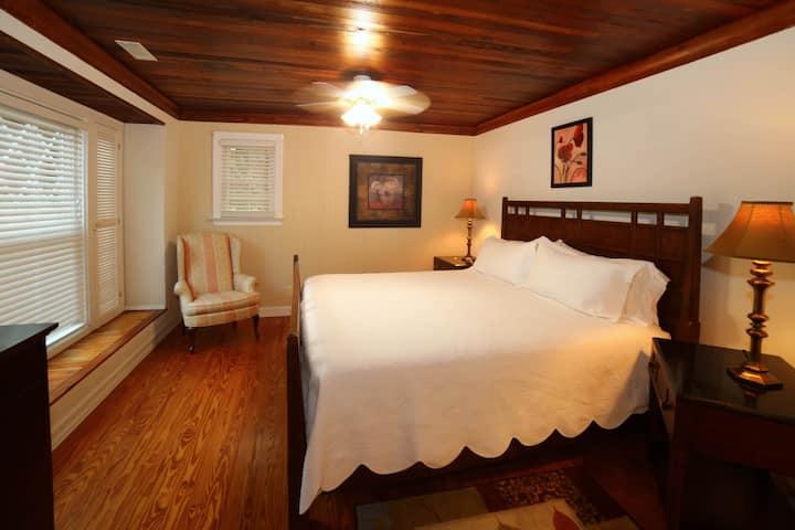 Cottage #7. 2 Bedroom, 2 Bath, King bed, pool!