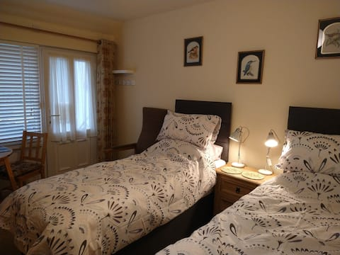 Cosy self-contained kingsize or twin bed flat