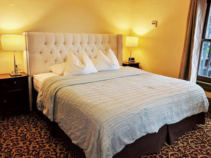 King Bed, Private Bathroom - Division Inns