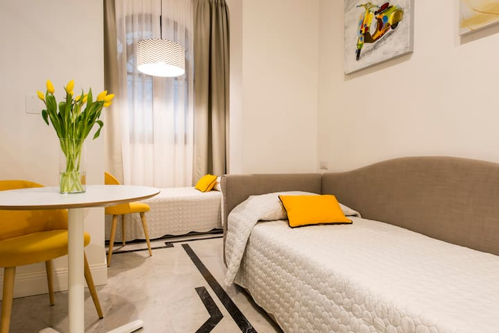 YELLOW: Suite deluxe - second room, two individual beds set up