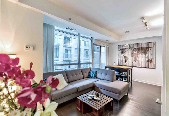 Cozy 2 Bed, 2 Bath Condo-Heart of DT Toronto