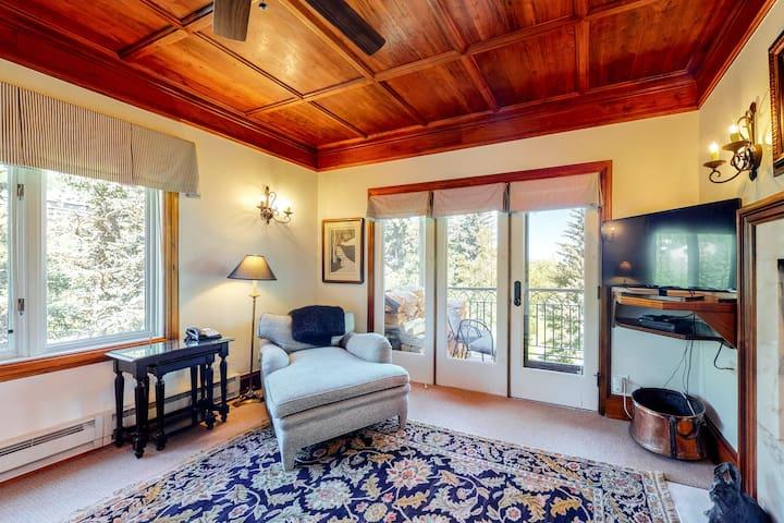 2nd floor cozy studio w/ mountain view, shared pool, winter & summer activities
