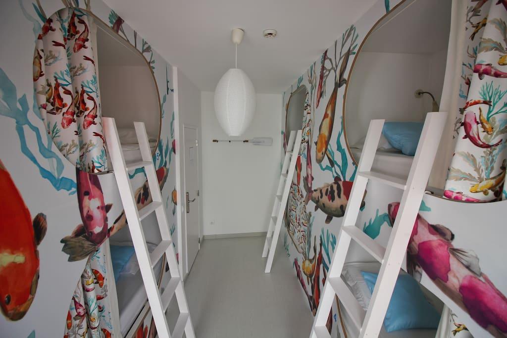 Quarto Salinas, partilhado com 6 camas individuais.