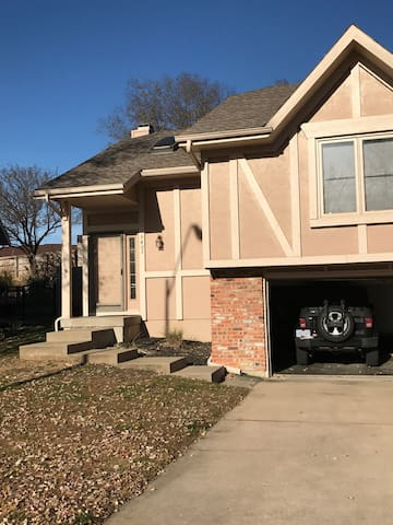 Room w/ Private Bath in North KC - Kansas City