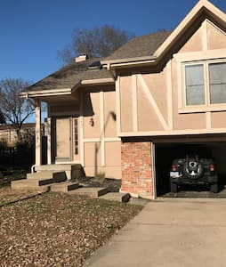 Room w/ Private Bath in North KC - Kansas City - Casa