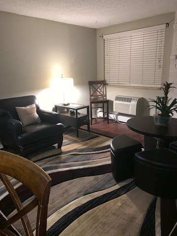 Comfy & 10mins from Downtown - 420 Friendly!