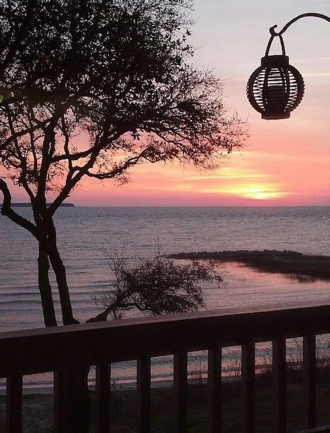 Oceanfront Romantic Retreat-Mesmerizing Views