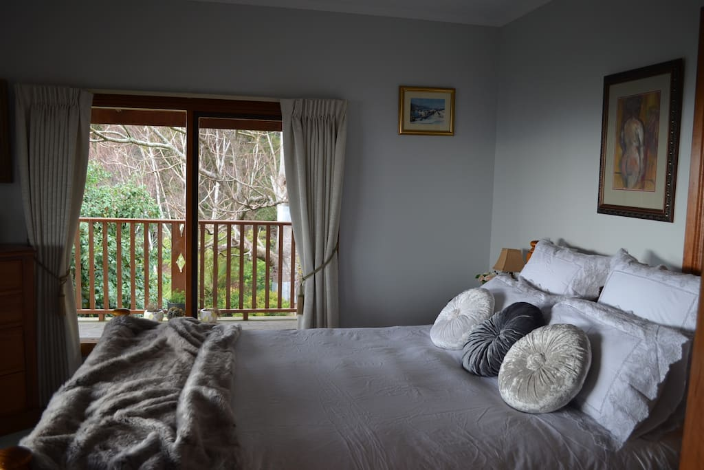The main Queen deluxe bedroom gives you quality bedding, warmth of an electric blanket, comfort, luxury & light with amazing views from both windows and plenty of cupboard and drawer space. The appeal of eclectic styling using colonial, vintage & art makes this room especially inviting.