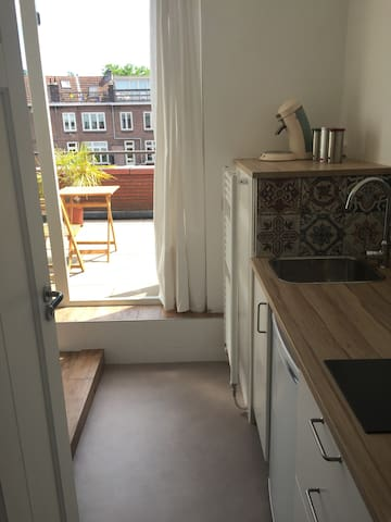 Studio + rooftop terrace, free parking, Utrecht CS
