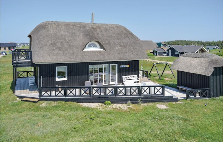 Holiday cottage with 4 bedrooms on 104m² in Harboøre