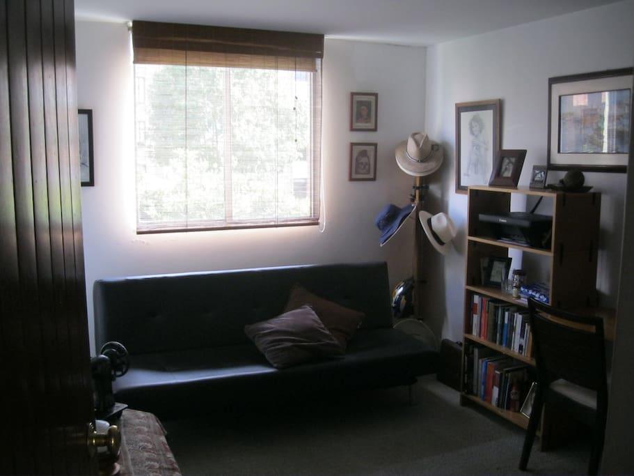 habitación con escritorio, impresión y wiffi