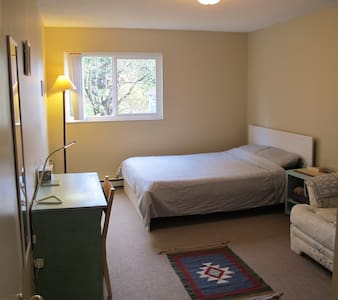 Spacious room on the beach steps from downtown - Victoria
