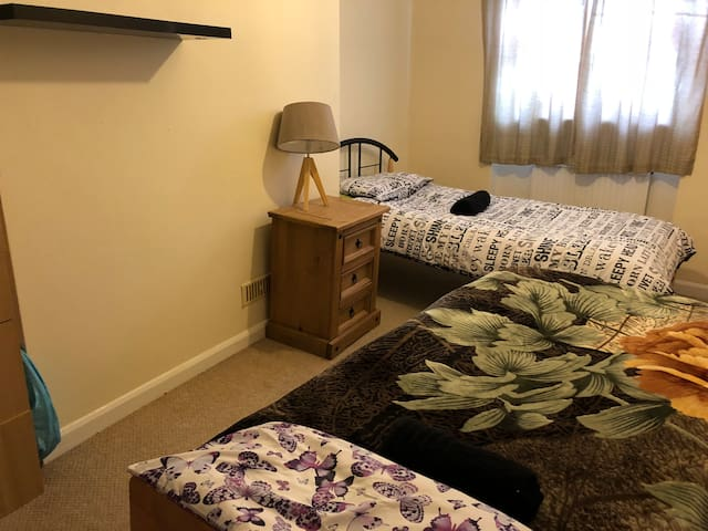 Single and double rooms for short and long seasons in the center of cheltenham