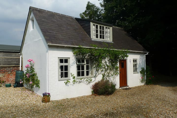 Charming cottage in the grounds of our family home - East Martin - Casa