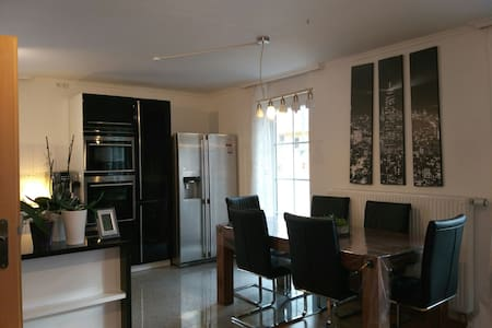 Beautiful central 4 rooms apartment - Munich